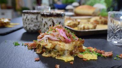 En portion med varm smörgås med kantarell och picklad lök.