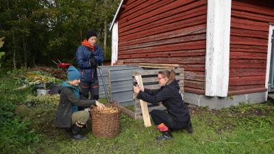 Strömsös programledare blir filmade med en mobilkamera i trädgården, av Strömsös regissör.