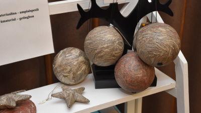 Gråspräckliga bollar och en stjärna med en yta av material från getingbon.
