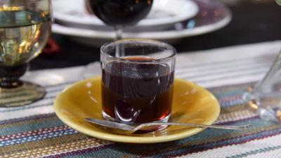 Aroniagelé i ett glas på ett bord