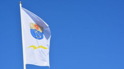 En flagga med Ingås kommunvapen vajar i vinden.