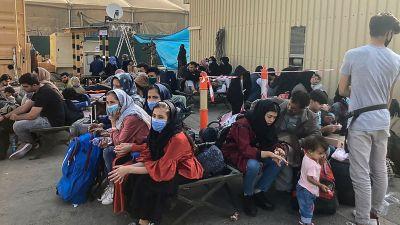 Afghaner på flygplatsen i Kabul  väntar på att bli evakuerade 18.8.2021