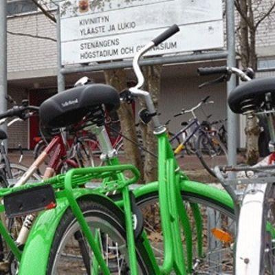 Cyklar parkerade framför Stenängens högstadium och gymnasium.