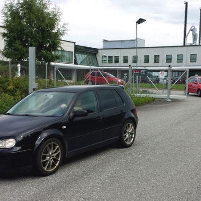 Työntekijät poistuvat Karelia Upofloorin tehtaalta.