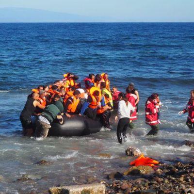 Pakolaisia saapumassa kumiveneellä Lesboksen saarelle