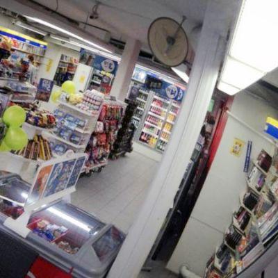 R-kioski kuvatuna valvontapeilin kautta.