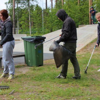 Nuoria kesätöissä Joensuun skeittiparkkilla.