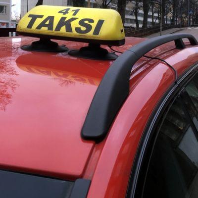 Takseja tolpalla.