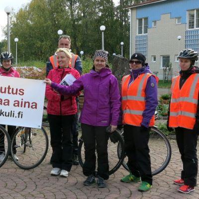 Tamperelaisen Tammenlehväkeskuksen väkeä tuomassa kuntoutusviestikapulaa Hämeenlinnan Ilveskotiin