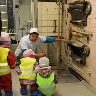 Lapset tutustuu Pekka Heikkisen puu-uuniin.