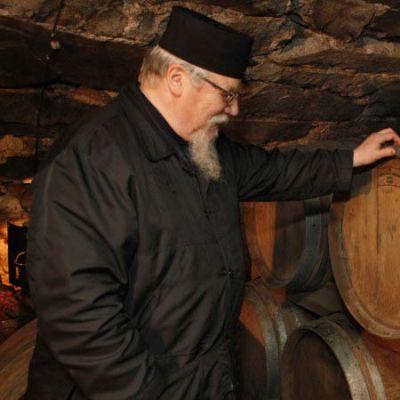 Isä Andreas katselee viskitynnyreitä