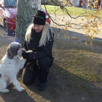 Kirsi Saloniemi ja Saku-koira treenaavat entistä paremmiksi tryffelinlöytäjiksi. Tulokset ovat lupaavia.