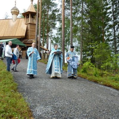 Papit odottivat arkkipiispan tuloa Varkauden kirkkoherran Bogdan Grosun johdolla.