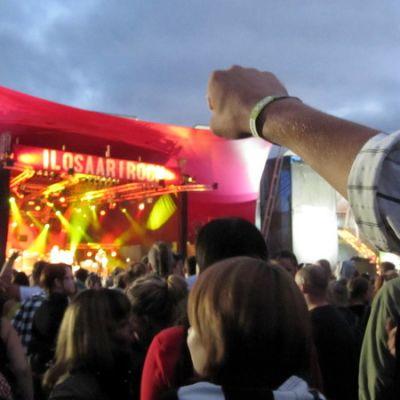 Ilosaarirockin yleisöä kesällä 2010.