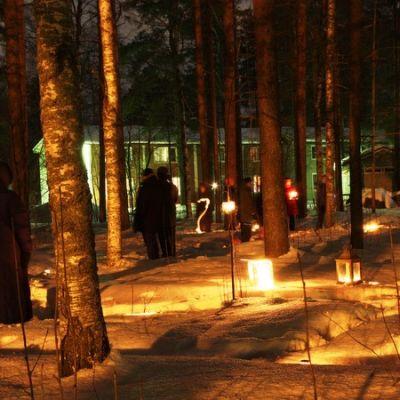 Kynttilämielenosoitus Kanervalassa