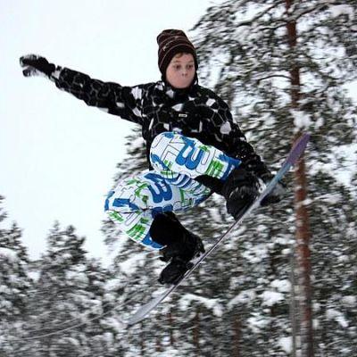 Poika hyppää lumilaudalla Alpua Parkissa