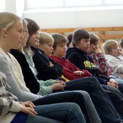 Yleisö seuraa jännittyneenä miten kisassa käy.