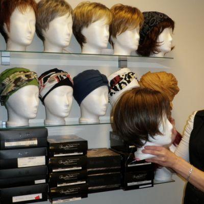 Mari Vilhonen esittelee peruukkeja.