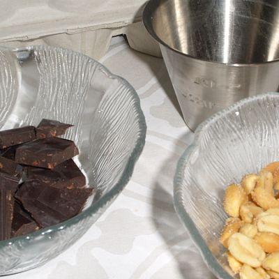 Mutakakkuun tarvitset muun muassa suklaata ja suolapähkinöitä.