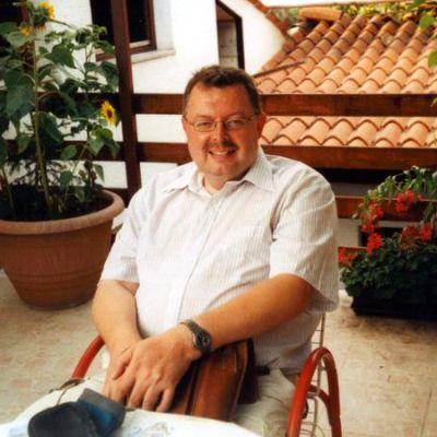 Tuomo Kärjenmäki terassilla istumassa