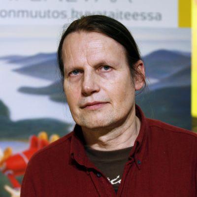 Kaj Stenvall on ilmastonmuutoksen asialla Kivikeskuksen kesänäyttelyssä.