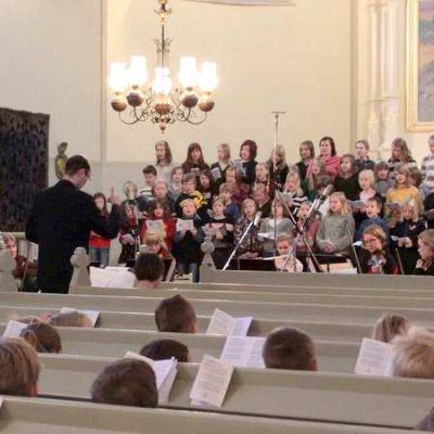 Lapsikuoro laulaa kirkossa.