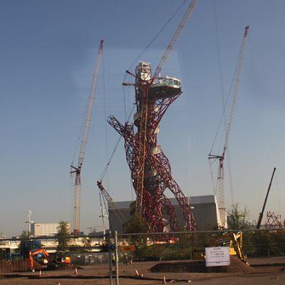 Lontoon Olympiapuiston maamerkkiä rakennetaan.