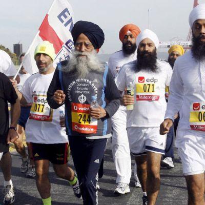 94-vuotias Fauja Singh puolimaratonilla vuonna 2006.
