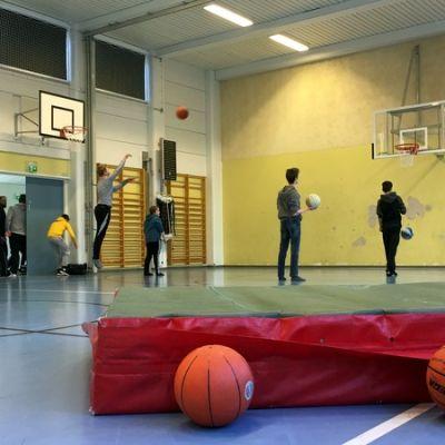 Lapset heittelevät koripalloa.