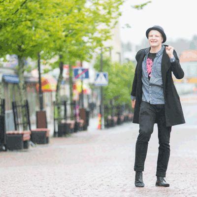 Gif animaatio, jossa ensimmäisessä kuvassa mies kävelee kadulla.   Seuraavassa kuvassa hänellä on vain pyyhe päällä.