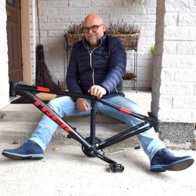 Mies ja pyörän runko