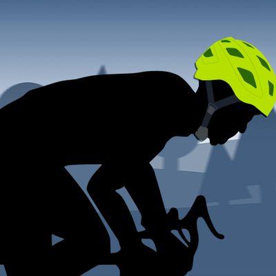 Pyöräilijä kypärineen