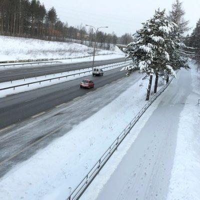 Luminen pyörätie ja sula ajorata.