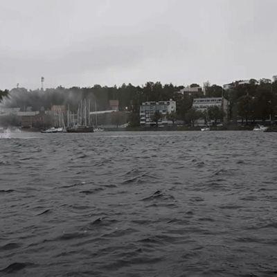 Gif-animaatiossa Saimaa aaltoilee tuulen voimasta.