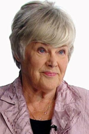 Lähikuvassa Elisabeth Rehn. tausta valkoinen.
