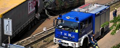 En blå lastbil och en pansarvagn bredvid en skadad lastbilskärra med texten Freja på sidan.