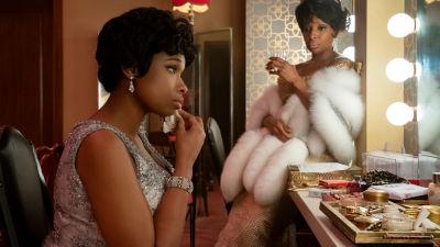 Aretha Franklin sittande framför en spegel i en loge tillsammans med Dinah Washington.