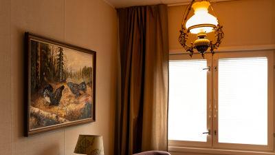Ett rum med gammaldags inredning.