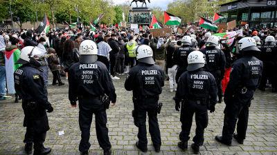 Polis följer med människor som samlats för Day of the Naqba