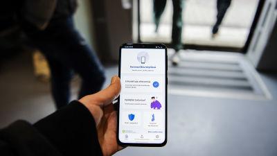 Kuvassa on älypuhelin, jonka ruudulla on auki Koronavilkku-sovellus.