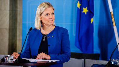 Sveriges finansminister Magdalena Andersson framför en EU-flagga.