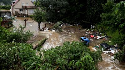 Översvämning i Tyskland. Prylar flyter på i vattnet.