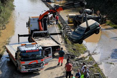 En bil bärgas ur vattnet i Erftstadt i Tyskland.