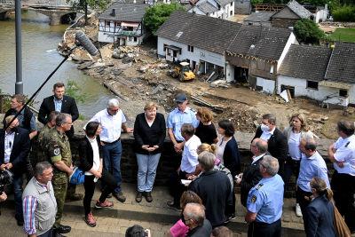 Angela Merkel besöker översvämningsdrabbade Schuld.