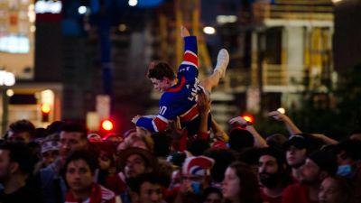 En person lyfts upp på folkmassan i Montreal.
