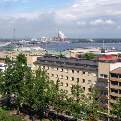 Kotkansaari ylhäältä kuvattuna, kerrostaloja ja merikeskus Vellamo