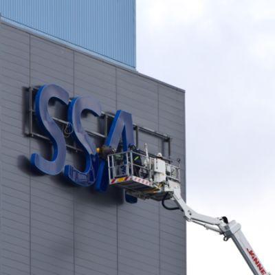 SSAB:n kylttiä vaihdetaan nostokorista Hämeenlinnan tehtaalla