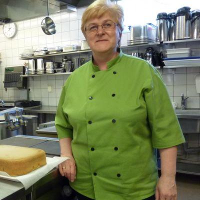 Ateriapalveluyrittäjä Liisa Rouhiainen keittiössään.