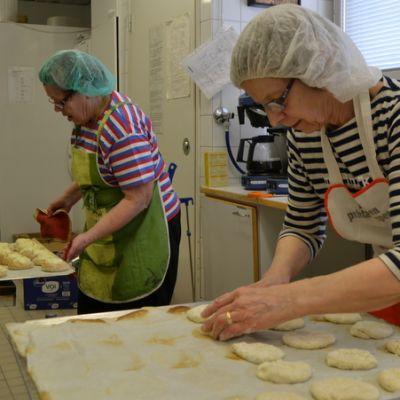 Elina Vaakanainen ja Paula Ryynänen paistavat ja leipovat pyörösiä.