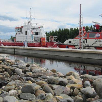 Pelastuslaitoksen ja järvipelastajien alukset laiturissa